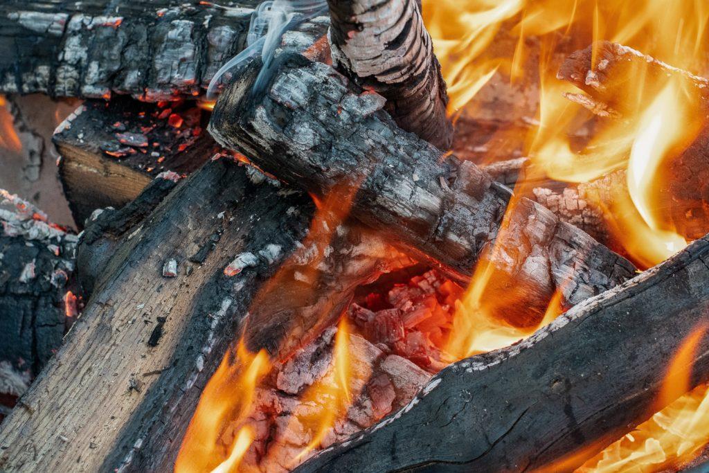 Grillen mit Holzkohle Feuer Flammen